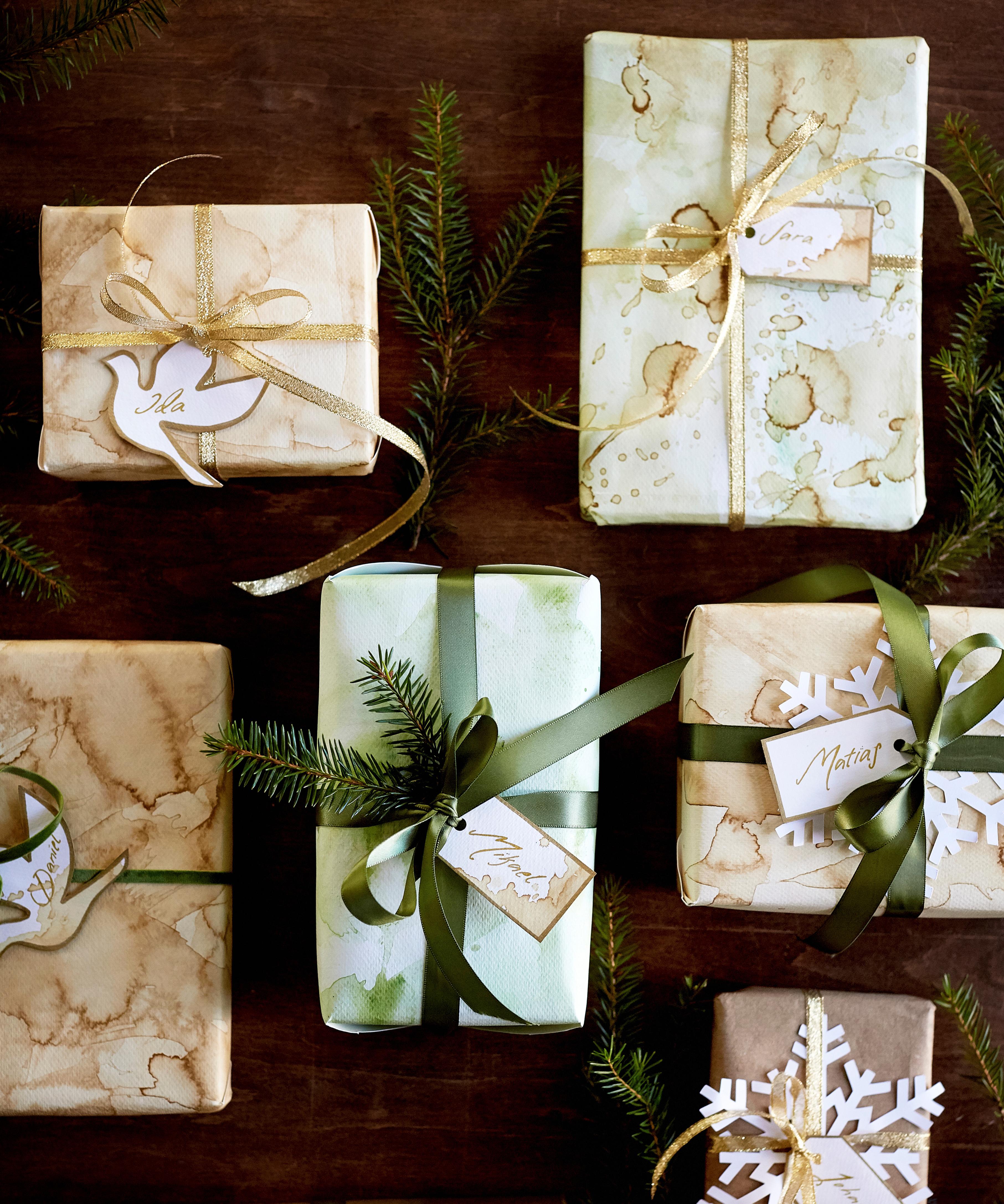 Nämä joululahjapaperit ovat saaneet ilmeensä kahvi- ja vesiväriroiskeista! Kurkkaa helppo ohje lahjapaperien tuunaamiseen täältä.