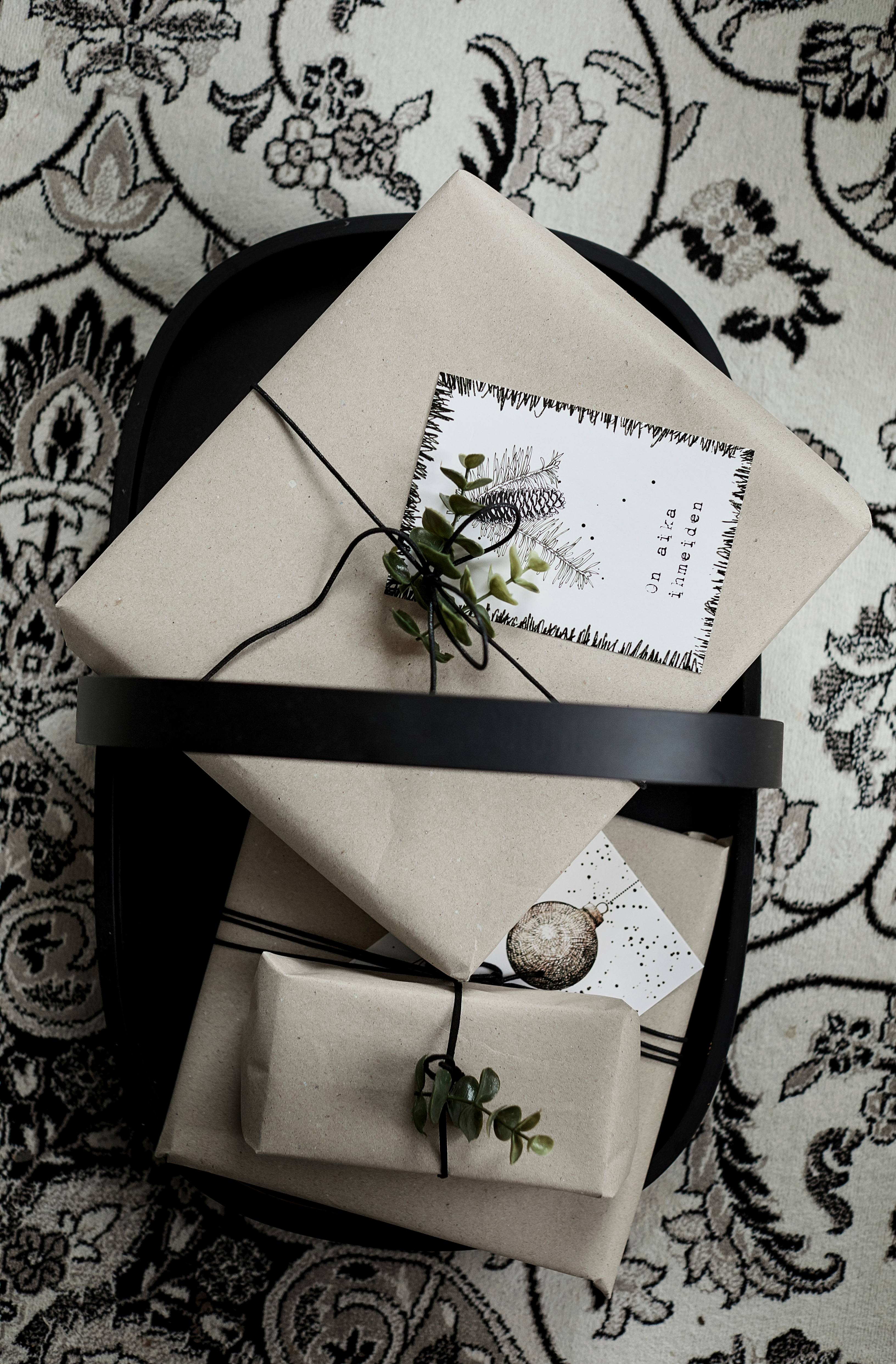 Paketoinnissa voi hyvin hyödyntää erilaisia jämämateriaaleja. Vain mielikuvitus on rajana! Nämä paketit on kääritty maalaamisesta ylijääneeseen suojapaperiin. Kivoja vaihtoehtoja ovat myös esimerkiksi tapetit ja vanhat lehdet.