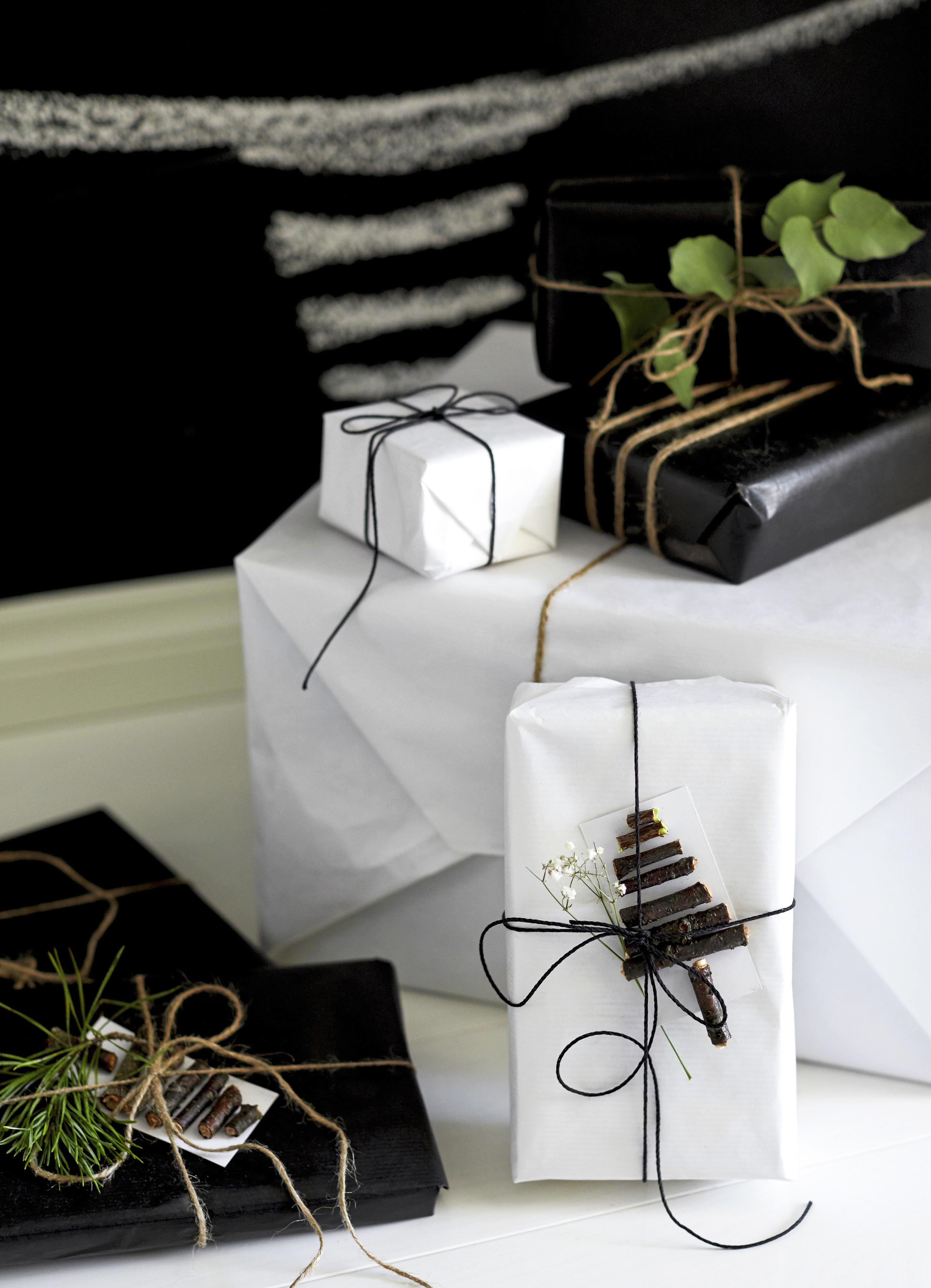 Simppelien pakettien katseenvangitsijoina toimivat veikeät kuusikortit, jotka on aksarreltu oksanpätkistä. Vihreät havunoksat tuovat paketteihin ihanaa joulufiilistä!