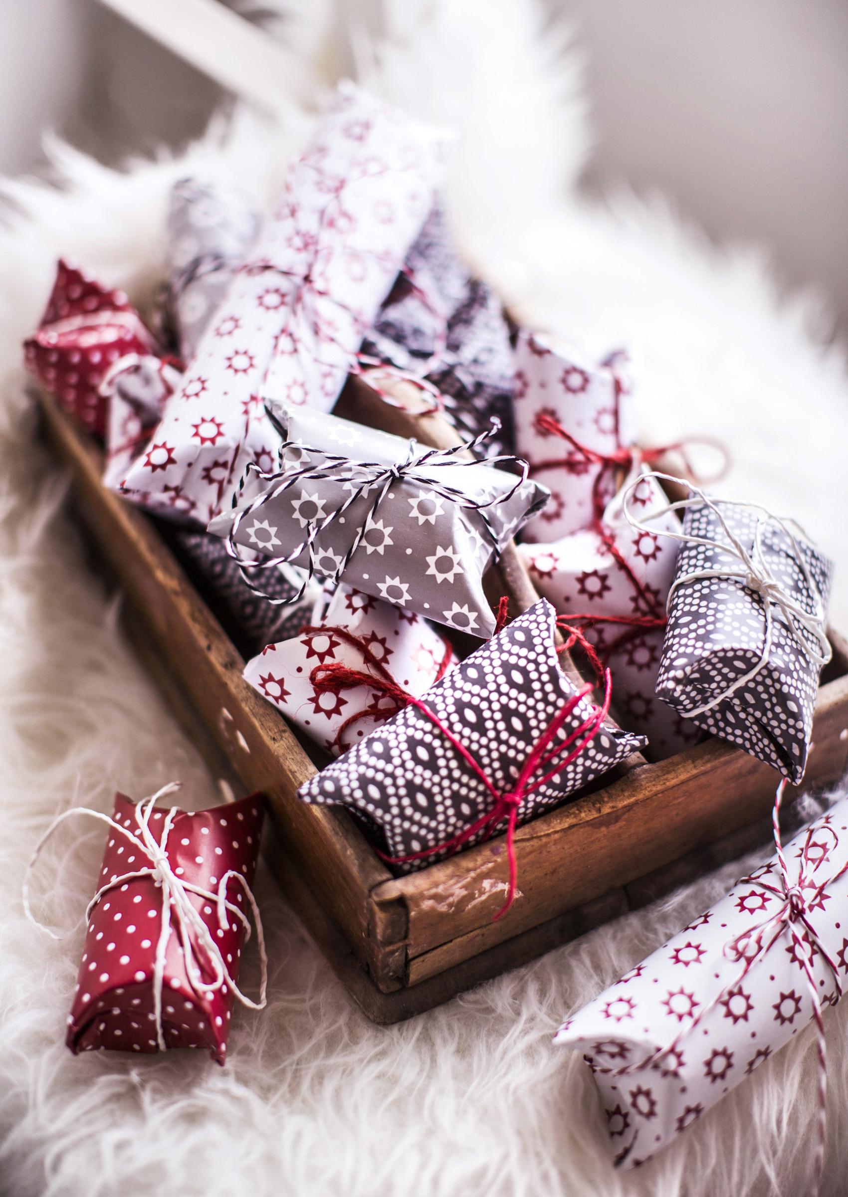 Pikkulahjojen paketoinnissa voi hyödyntää vessapaperihylsyjä. Niiden avulla lahjasta saa säännöllisen muotoisen.